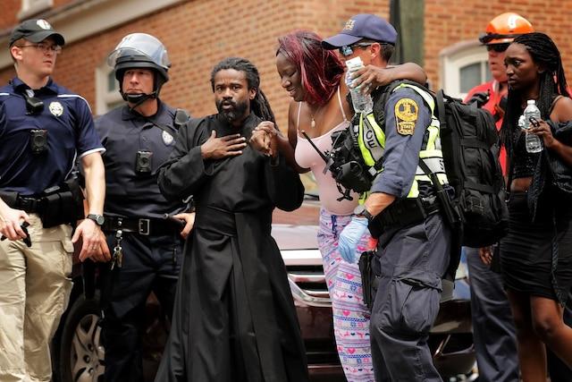 Une voiture a foncé sur la foule rassemblée samedi à Charlottesville, faisant plusieurs blessés.