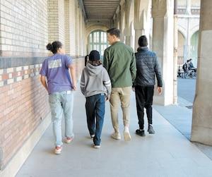Dans les écoles en France, les cellulaires doivent être éteints et rangés en tout temps. Sur la photo, des élèves du collège Buffon à Paris qui se promènent avec leur téléphone dans leur poche pourraient se le faire confisquer s'ils étaient surpris en train de l'utiliser.