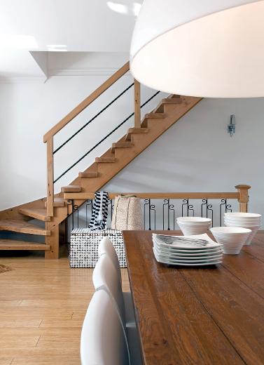 Table en bois maison éthier chaises maison corbeil papier peint empire