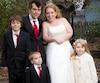 Mathieu Chrétien, Laura Endicott-Lavigne et trois de leurs quatre enfants, à leur mariage en 2013.