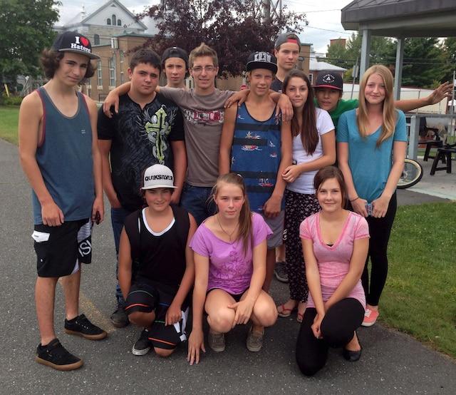 Les amis des deux adolescents se sont réunis hier au domicile de Louis pour se consoler de ces morts tragiques.