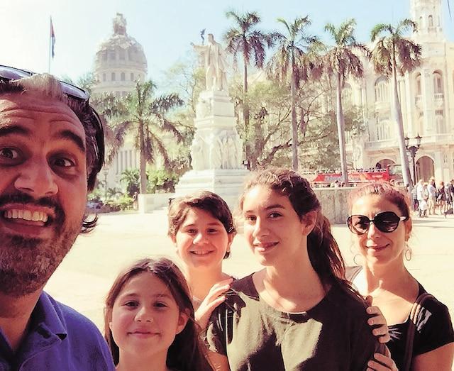 Marc Hervieux à La Havane avec sa conjointe Caroline Rheault et ses trois filles, âgées de 12 à 18ans.