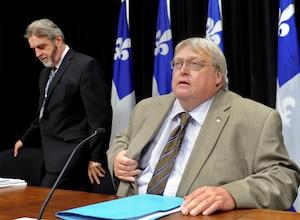 À droite, Gaétan Barrette, ministre de la Santé, lors de l'annonce de la réforme.