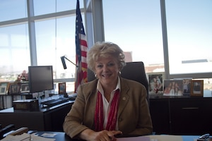 Carolyn Goodman est la deuxième femme de l'histoire de Las Vegas à occuper le poste de mairesse. Son mari, Oscar Goodman, a été le maire de la ville juste avant elle, de 1999 à 2011.