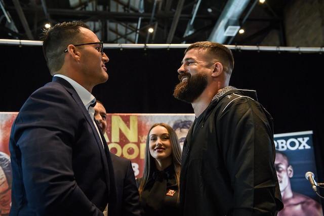 Les boxeurs Simon Kean et Adam Braidwood lors de leur face à face durant la conférence de presse de jeudi, pour leur combat des poids lourds de samedi, au Centre Gervais Auto de Shawinigan.