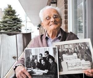 Paul-Émile Préfontaine à sa résidence pour personnes âgées à Sherbrooke montre fièrement des photos de son passé d'aviculteur. En mortaise, un livre de découpures et de souvenirs sur sa carrière.
