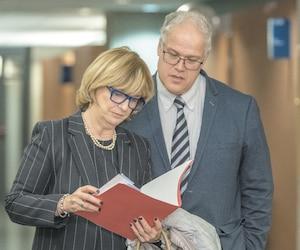 La journaliste de Radio-Canada Anne-Marie Dussault a témoigné jeudi au palais de justice de Montréal des impacts qu'a eus sur elle une fausse nouvelle du site «Journal de Mourréal». Elle est accompagnée sur la photo de Mathieu Turbide, vice-président contenu numérique de Québecor Média.