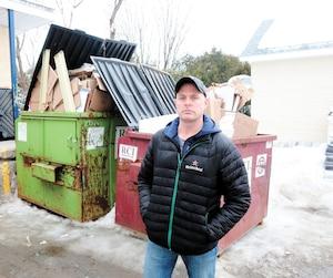 Les deux conteneurs de Pascal Ménard, du Bonichoix de Mont-Rolland, sont pleins de déchets et de recyclage.
