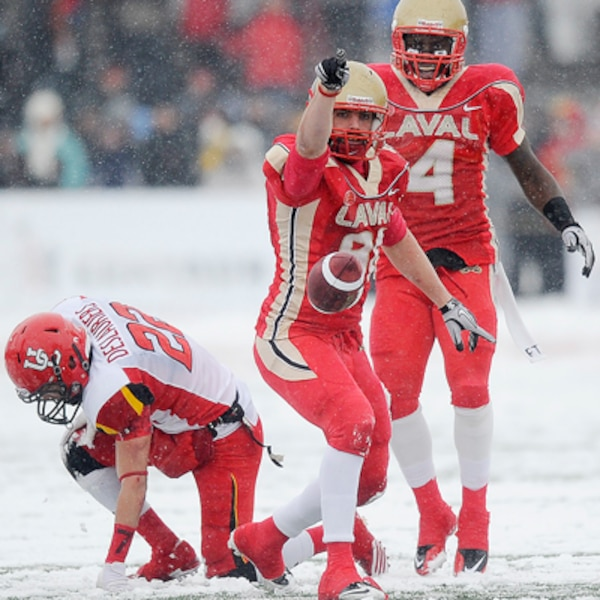 Patrick Lavoie du Rouge et Or de l'Université Laval jubile après une interception contre les Dino's de l'Université de Calgary  pendant le match de la Coupe Vanier.