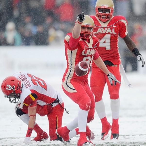 Patrick Lavoie du Rouge et Or de l'Université Laval jubile après une interception contre les Dino's de l'Université de Calgary  pendant le match de la Coupe Vanier.