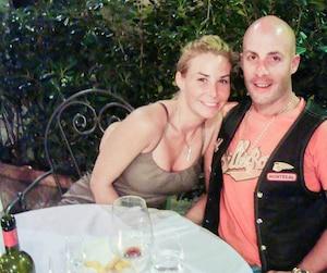 Annie Arbic et le Hells Angel Martin Robert, posant ensemble sur une photo non datée que les policiers ont saisie lors de perquisitions menées dans l'opération SharQc en 2009.