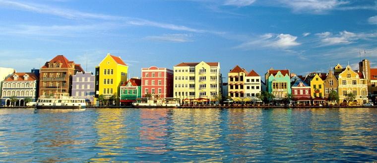 La ville de Willemstad, capitale de l'île de Curaçao.