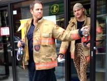 Pompiers en kilt et leggings léopard