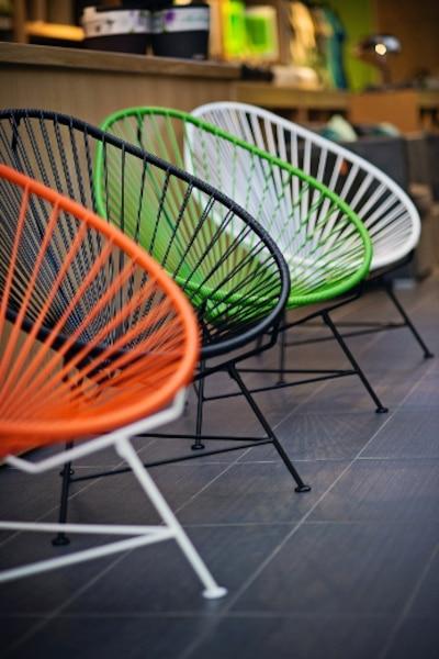 Réinterprétation d'un classique mexicain des années 1950, par Innit Design, de Toronto, la chaise Acapulco offre le confort du hamac, avec son recouvrement de cordes de vinyle offert en 11 couleurs. La structure en acier galvanisé recyclé est disponible en noir, blanc ou chrome. Résistante aux intempéries, elle peut même passer l'hiver sur le balcon.