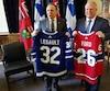 François Legault et Doug Ford se sont échangés les chandails de leur équipe favorite. «Je suis heureux de voir que les Maple Leafs de Toronto sont de retour, a dit M.Legault. […] Enfin, nous allons avoir une vraie bataille entre les Canadiens et les Maple Leafs.»