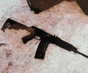 L'arme semi-automatique 223 d'Alexandre Bissonnette qui s'est enrayée a été retrouvée, dans la neige, par les policiers le 29 janvier 2017.