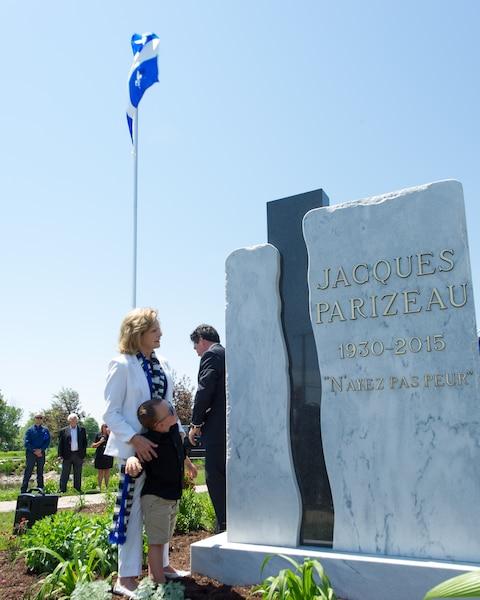 L'épouse de Jacques Parizeau, Lisette Lapointe, était accompagnée de son petit-fils Zack Parizeau lors du  dévoilement du monument et de la stèle qui rendent hommage à son mari.