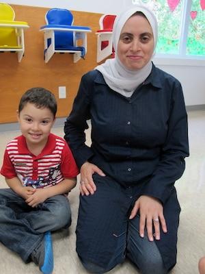 «J'ai laissé mon pays pour vivre une vie meilleure. Là, j'ai l'impression qu'on me dit de tout arrêter et de retourner chez moi», lance Zakia Maali, assise à côté de son fils.