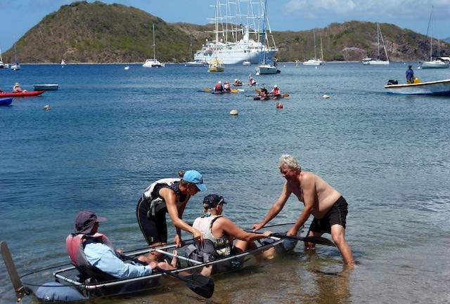 Des croisiéristes en partance pour une balade en kayak transparent.