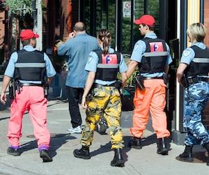 Les policiers de Montréal ont commencé à porter des pantalons de camouflage et des casquettes rouges en 2014 en guise de moyen de pression dans leurs négociations avec la Ville.