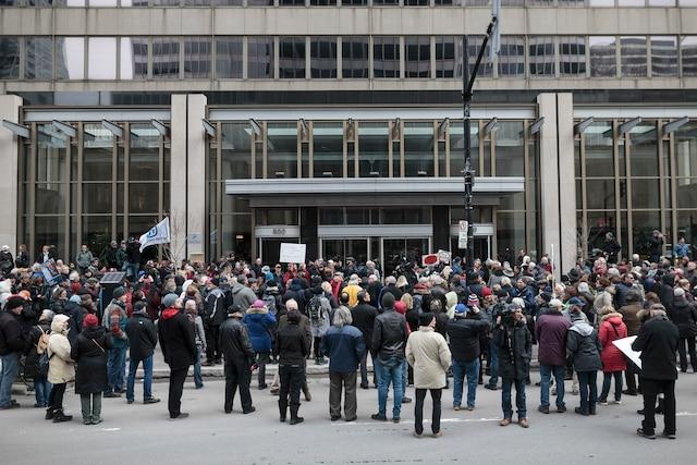 Des manifestants lors d'une protestation contre l'augmentation des salaires des exécutifs chez Bombardier, à Montréal, dimanche le 2 avril 2017. DARIO AYALA/AGENCE QMI