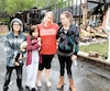 Geneviève Pelletier (en rouge) n'a pas hésité à venir en aide à son amie et voisine, Annick L'Italien (à droite, avec sa fille Lilya et Danyck Taillefer, un voisin), qui a vu sa maison être ravagée par un incendie dans la nuit de samedi à samedi à Saint-Hubert.