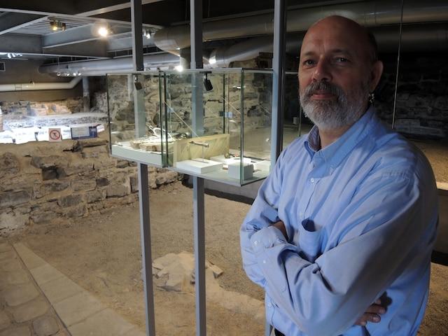 Robert Gauvin, gestionnaire du site des Forts-et-Châteaux-Saint-Louis, présente l'exposition d'artefacts.