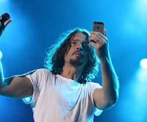 Chris Cornell en prestation au Festival d'été de Québec (2015). En médaillon, lors d'une apparition sur le plateau de l'émission The Tonight Show Starring Jimmy Fallon, en avril dernier.