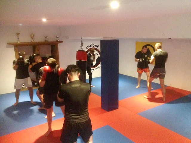 Les membres s'entraînent en se battant les uns contre les autres.
