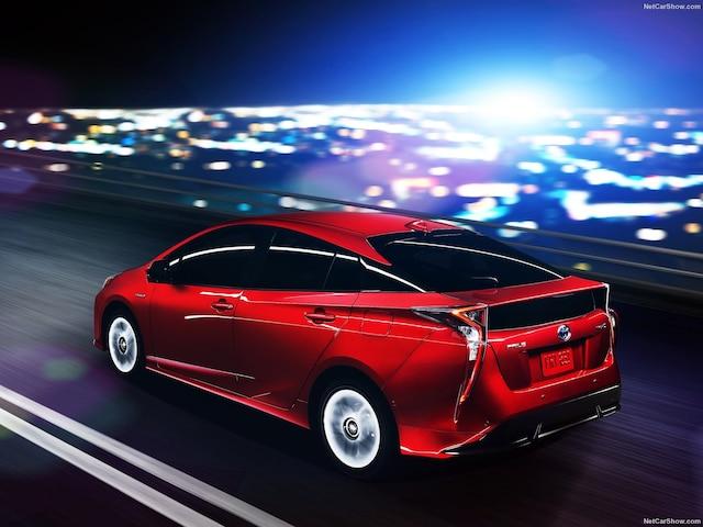 Ce nom lui colle bien à la peau puisqu'elle est devenue la première voiture hybride produite et vendue massivement.