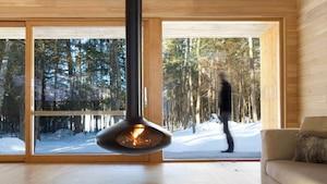 Image principale de l'article Un chalet d'architecte avec foyer «flottant»