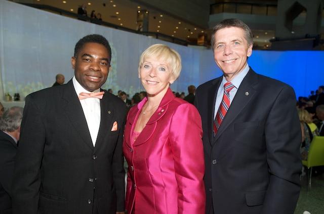 Chaque année, la Fondation octroie plus de 500 bourses et prix. Françoise Bertrand, présidente et directrice générale de la FCCQ, est entourée de Frantz Benjamin, président du conseil de la Ville de Montréal, et Pierre Desrochers, président du comité exécutif de la Ville de Montréal.