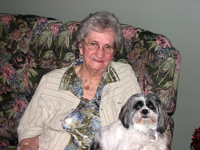 Vivianne Dumont, 92 ans - Vivianne Dumont possédait une ferme laitière à Saint-Paul –de-la-Croix. Née le 28 septembre 1921 à Saint-Épiphane, la mère de quatre enfants aimait faire de l'artisanat, indique sa fille, Bibianne Côté qui n'est arrivée que le lendemain de l'incendie. «Elle avait des doigts de fée. Elle faisait tous les tricots de la maison, les habits des enfants et des petits enfants», dit-elle.