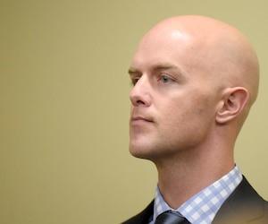 Le policier Simon Beaulieu, accusé de négligence et de conduite criminelle causant la mort de Guy Blouin en septembre 2014, vient de prendre la boîte pour assurer sa défense.