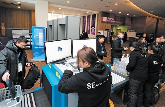 Les journalistes doivent passer au contrôle de sécurité à Pyeongchang.