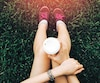 Bloc café sport Sport young asian woman sitting on grass, drinking coffee. Resting Runner. Vintage filter.