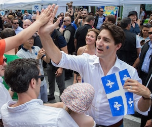 Justin Trudeau participant aux célébrations de la Fête nationale du Québec dans le quartier de Villeray, à Montréal.