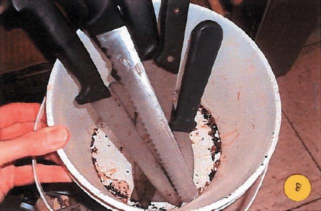 Des couteaux y étaient entreposés dans une chaudière de plastique au fond maculé de résidus noirâtres, comme on peut le constater sur cette photo.
