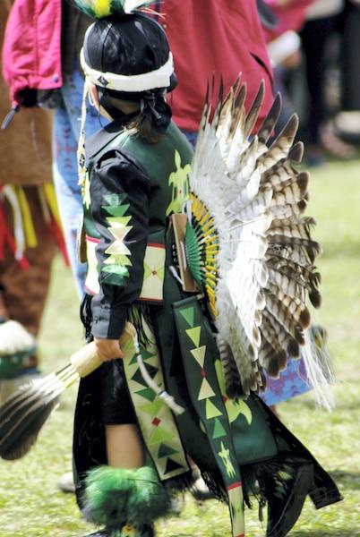 Les enfants amérindiens sont  fréquemment de la partie, comme  ce jeune danseur au pow-wow de  Manawan.