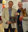 Michel Pepin, directeur général de l'Association des médecins vétérinaires du Québec en pratique des petits animaux, avec Paul Leclerc et La Puce, le héros.