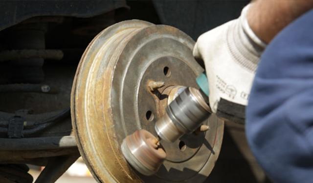 Il est recommandé de faire vérifier et nettoyer le système de freinage de votre voiture au moins deux fois par année (à l'automne et au printemps) ou a un intervalle de 10 000 kilomètres.