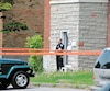 Un policier monte la garde devant l'immeuble de Roxboro où Constantinos Tountas a été abattu.