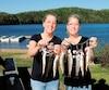 Marie-Andrée et Mélanie ont une énergie débordante et contagieuse. Elles gèrent les différentes opérations et le service à la clientèle de la pourvoirie du lac Croche.