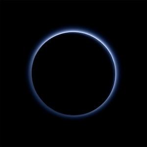 Ciel bleu et eau gelée sur Pluton
