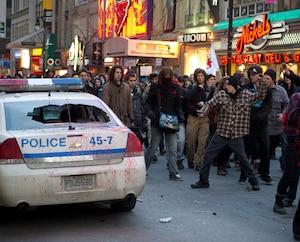 Une voiture de police a été saccagée à l'angle des rues McGill et Sainte-Catherine.