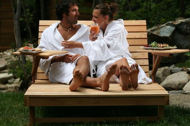les spas, sous le soleil de juillet, se métamorphosent en mini-stations balnéaires, avec leurs constellations de chaises longues, parasols, hamacs et bassins d'eau.   Lieu: La source, bains nordiques