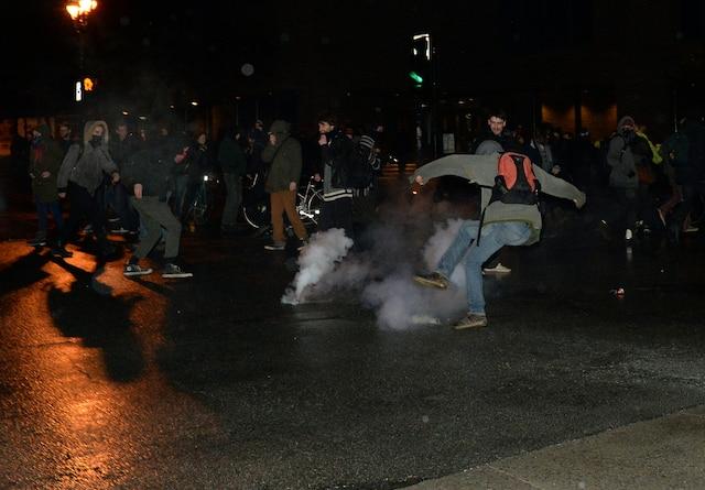 Quelques centaines d'étudiants qui s'étaient barricadés à l'intérieur des murs de l'UQAM ont été expulsés par les policiers, dans la nuit du jeudi 9 avril 2015, au centre-ville de Montréal. Plusieurs gaz irritants ont dû être utilisés pour faire disperser les protestataires. MAXIME DELAND/AGENCE QMI