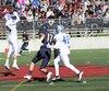 Les Cougars ont réussi cinq interceptions dans leur victoire face au Notre-Dame. Sur la photo, Shawn Boucher réussit un larcin aux dépens d'Alexandre Naud qui a connu un après-midi difficile.