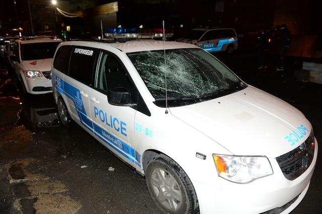 Quelques centaines d'étudiants qui s'étaient barricadés à l'intérieur des murs de l'UQAM ont été expulsés par les policiers, dans la nuit du jeudi 9 avril 2015, au centre-ville de Montréal. Plusieurs actes de vandalisme ont eu lieu, notamment sur ce véhicule de police garé à proximité de l'UQAM. MAXIME DELAND/AGENCE QMI