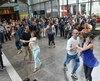Pour annoncer son nouveau concept audacieux, les Grands Feux Loto-Québec ont fait surgir des danseurs parmi la foule pendant la conférence de presse, hier matin, au Musée de la civilisation.